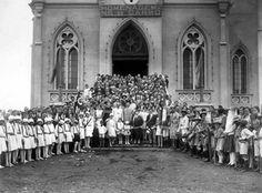 Itaquera 1932 - Escadaria da Igreja Nossa Senhora do Carmo, no dia da chegada da imagem da Santa, trazida por Sábbado D'Ângelo da Itália. Na foto  Padre José Bibiano, Sábbado D'Ângelo (terno branco), Ursulina D'Ângelo (filha de Sábbado D'Ângelo) - vestido branco. Dona Anita D'Ângelo (mulher de Sábbado).