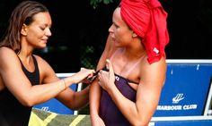 Problemi col costume: la Pellegrini si fa aiutare. Le foto della nuotatrice italiana alla Nilox Swimming Cup 2013