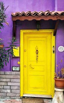 I adore the colours! Door Entryway, Entrance Doors, Doorway, Front Doors, Knobs And Knockers, Door Knobs, Door Handles, Cool Doors, Unique Doors