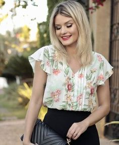 Pin by elis jimenez on blusas de damas in 2019 Blouse Styles, Blouse Designs, Classy Outfits, Casual Outfits, Top Chic, Floral Tops, Floral Blouse, Ideias Fashion, Fashion Dresses