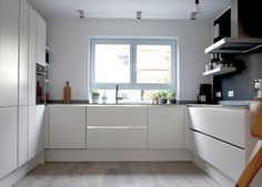 Newest No Cost white kitchen cupboards Style Coming up with a gorgeous all-white kitchen's design and style might look simple, however it is not. White Kitchen Cupboards, Kitchen Sets, Kitchen Shelves, New Kitchen, Kitchen Cabinets, Floors Kitchen, Kitchen White, Kitchen Modern, Kitchen Interior