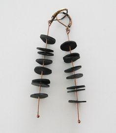 Örhängen i återvunnet gummi med smyckesdetaljer i koppar. Earrings made of recycled rubber with copper findings