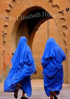 Femmes indigo, habits traditionnels du sud Maroc Amazing Photography, Portrait Photography, Travel Photography, Morocco Travel, Edgar Degas, Modern City, North Africa, Belle Photo, Marrakech