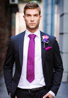 """Para o look do noivo, a variedade de cortes e tecidos não é tanta. O principal recurso para sensualizar na grande dia é o """"carão""""... ;)"""