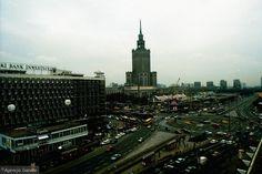 Czegoś na tym zdjęciu brakuje? Oczywiście wieżowców. W 1996 roku w Warszawie najwyższymi budynkami był poza Pałacem Kultury stojący nieopodal hotel Marriot (na zdjęciu niewidoczny) oraz hotel Forum. Na placu Defilad stały jeszcze pawilony handlowe.