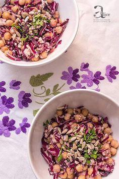 Salata de naut cu varza rosie este o salata extrem de rapid de preparat si este o salata care imbina intr-un mod echilibrat naut cu varza rosie si telemea.