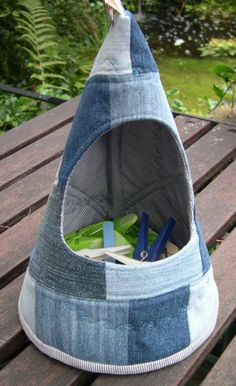 Looks like my next project - cx.Swedish Peg Bag – Klädnyps-strut – in. - Looks like my next project – cx…….Swedish Peg Bag – Klädnyps-strut – in Recycled Denim - Scrapbook Bebe, Sewing Crafts, Sewing Projects, Clothespin Bag, Peg Bag, Jean Crafts, Denim Ideas, Denim Bag, Purses And Bags