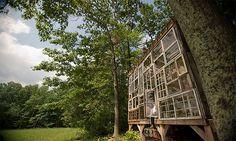 Riciclo creativo: una casa fatta di... finestre di recupero