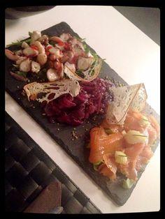 Taglieri misto pesce con Salmone affumicato, Gamberoni in saor con cipolla di Tropea e Polipo con olive taggiasche e pomodorini pachino.