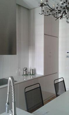 Dettaglio cucina, stuttura multistrato rivestito laminato, ante poliesteri lucido