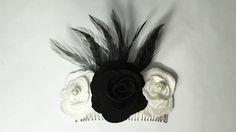CAMPORA: Peineta de flores Valentino con plumas de gallo japonés de color negro y flor central en negro.