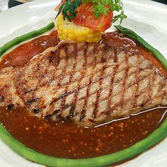 豚肩ロース肉を、グリルパンで焼いて格子状の焼き目をつけて、こんがりに♪ 赤ワインベースのマスタードソースでね;-) 緑色の細長いものは、ささげです。 - 132件のもぐもぐ - 豚肩ロースのグリエ~マスタードのソース~ by Yutaka Sakaguchi