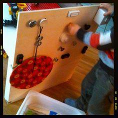 Spielzeugbrett mit vielen Knöpfen und Hebeln. Zum Beispiel zum Pilot- oder Zugführer- oder Autofahrerspielen.
