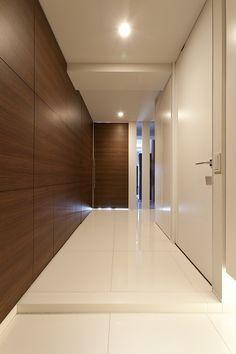 玄関事例:玄関(ホテルライクなモダン空間(リノベーション)) Modern Interior, Home Interior Design, Interior Architecture, Interior And Exterior, Wall Cladding Interior, Cladding Design, Modern Entrance, House Entrance, Timber Feature Wall
