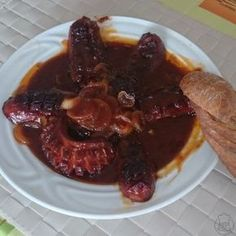 Vymazlené pivní buřty - Báječné pivní buřtíky na tmavém pivu a kečupu, zapečené v pekáčku s opečeným chlebem Food 52, Ham, Brunch, Food And Drink, Beef, Meals, Dinner, Cooking, Breakfast