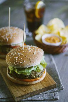 Il #veggieburger è un #panino gustoso, per cambiare rispetto al classico hamburger e gustarlo in compagnia per una serata indimenticabile! Puoi servirlo con delle chips di patate, accompagnarlo con una maionese classica o aromatica: vedrai, sarà perfetto da presentare in una serata tra amici! Vegan Vegetarian, Vegetarian Recipes, Salsa, Street Food, Guacamole, Real Food Recipes, Avocado, Picnic, Sandwiches