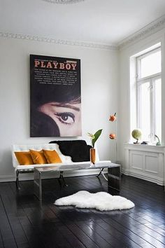 Black and White Apartment Black painting and Black floor ! French By Design: Black and White Apartment Painted Wooden Floors, Painted Floorboards, Black Floorboards, Dark Wood Floors, White Apartment, Apartment Interior, Black Wooden Floor, Living Room Wood Floor, Deco Retro