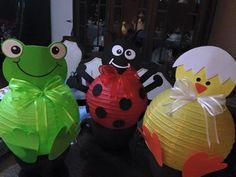Moviles decorativos de animales con lamparas de papel.