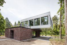 Construído na 2015 na Wilhelmshorst, Alemanha. Imagens do Martin Tervoort . Esta espaçosa residência privada está localizadanuma pequena clareira na parte posterior de uma propriedade emWilhelmshorst ,perto de Potsdam. A...