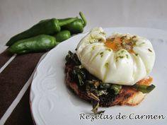 Tosta de huevos poché con pimientos verdes.