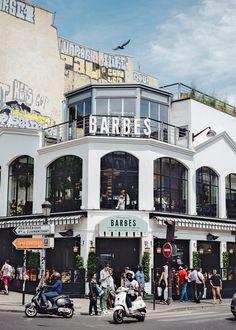 Dans le 18ème arrondissement de Paris, sur le boulevard Barbès, la nouvelle Brasserie branchée de Paris redynamise le quartier. Autour d'une cuisine simple mais réussie, d'une décoration tout aussi mesurée et soignée, la Brasserie Barbès nous invite dans un lieu unique à Paris. En face du métro aérien et du célèbre magasin Tati, on a en effet l'impression de se trouver dans les nouveaux lieux berlinois qui attirent les jeunes depuis déjà plusieurs années. La rédaction de Marie Claire Maison…