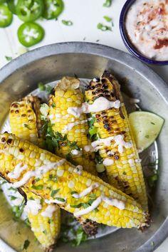 Mexikanische Mais wurde gerade aus dem Wasser geblasen!  Diese einfach zu bedien Gegrillte Maiskolben mit einer cremigen Sauce Gebratene Jalapano gekrönt Sie Schwärmen über werden!  Das gegrillte Mais ist der neue Star des Sommers!  |  joyfulhealthyeats.com #glutenfree