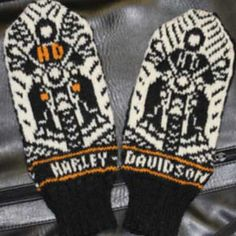 One size, depends on gauge / yarn used. Pattern includes 4 different logotypes. All letters are also included. 2 motifs, with or without wings. Knitted Mittens Pattern, Knitted Gloves, Knitted Bags, Knitting Socks, Harley Davidson, Wrist Warmers, Hand Warmers, Crochet Cross, Socks