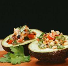 Gefüllte Avocados: Knuspriger Bacon und fruchtige Tomaten sind die perfekten Begleiter für diesen Low-Carb-Leckerbissen!