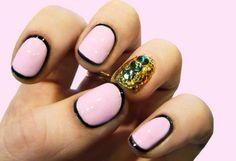 rosafarbene maniküre-Nagellack-design mit Strass-Steinen verziert