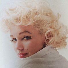 いいね!241件、コメント3件 ― Marilyn Monroeさん(@missmarilynmonroee)のInstagramアカウント: 「I've never seen someone this beautiful #marilynmonroe #marilyn #monroe #normajeanebaker…」