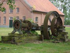 Gedeelte van een oude stoommachine voor de aardappelmeelfabriek. Part of a steam engine for a potato starch factory.