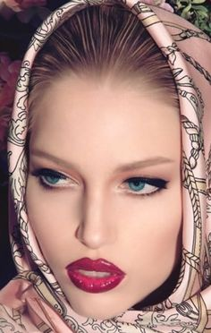 ruby lips and pretty head scarf Beauty And Fashion, Pink Fashion, Classy Fashion, Moda Fashion, Beauty Style, Style Fashion, Glamour Moda, Foto Art, Scarf Styles