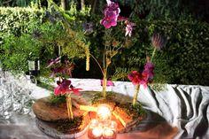 Centro de mesa en tronco de pino con phalenopsis Fotografía Alphelia Produccions El Taller de Joan