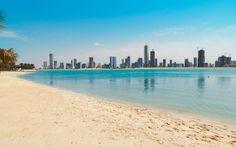 I Dubai kan du nyde solen på stranden og udsigten over de smukke højhuse. www.apollorejser.dk/rejser/asien/de-forenede-arabiske-emirater/dubai