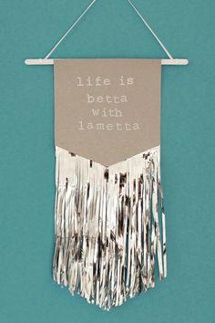 DIY / LAMETTA-WIMPEL // Life is betta with Lametta – besonders zu Weihnachten! Bei mir hängt diese Wanddeko ja das ganze Jahr… ;) Auf jeden Fall könnt ihr die glitzernden, Makramee-inspirierten Lametta-Wimpel im Boho-Style könnt ihr mit meiner DIY-Anleitung supergünstig selbermachen! Selbstgemachte Weihnachtsdeko ist einfach immer eine tolle DIY-Idee, z.B. als kleines Mitbringsel im Advent, als Geschenkidee zum Wichteln und zum Basteln mit Kindern. www.blog.eaudecollage.de #diy…