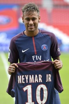 Neymar Photos - Neymar poses with his new jersey after a press conference with Paris Saint-Germain President Nasser Al-Khelaifi on August 2017 in Paris, France. Neymar signed a 5 year contract for 222 Million Euro. - Neymar Signs For PSG Neymar Jr, Cr7 Messi, Top Soccer, Soccer Tips, Soccer Ball, Soccer Stuff, World Football, Sport Football, Men Styles