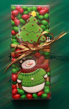 Cajitas con galletas decoradas, galletas sablés y cacahuetes bañados en azúcar de colores. Cupcakes de Jijona, de chocolate b...