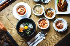 Here are two recipes with kimchi that you will cherish for sure. The first recipe finds the easiest process to ferment kimchi. Fusion Food, Korean Food Bibimbap, Curry Vert, Fermented Foods, Food Waste, Fun Cooking, Cooking Classes, Empanadas, Food Photo