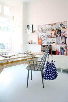 """Werkplek met """"keukentafelstoel"""" als bureaustoel - bekijk en koop de producten van dit beeld op shopinstijl.nl"""