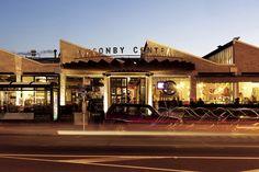 ■ポンソンビー・セントラル ■住所: 136-138 Ponsonby Road., Ponsonby, AucklandNZ ⇒⇒⇒北島の都市であるオークランド。その中心街西側にあるポンソンビーは19世紀末にネオゴシック様式で建てられた建築物が残るなど、NZでも人気の観光地の1つです。歴史的遺構はそのままカフェなどに利用されていることもあり、雰囲気満点です! 1.ポンソンビーとは? Ponsonby ポンソンビーはポンソンビーロードと呼ばれる約1kmの道路に沿って続く、ハイセンスなエリアの通称です。ここにはオシャレなカフェや個性派のショップが立ち並び、観光客だけでなく、地元の人々にも重要なオシャレスポットになっています。...