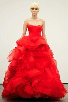 ¡Vestidos de novia en rojo! Finalmente alguien descubrió que lo que mola es ir de princesa