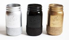How to make glitter dipped mason jars or kerr jars. An easy craft to do with your old mason jars that is decorative and useful. Colored Mason Jars, Glitter Mason Jars, Painted Mason Jars, Mason Jar Crafts, Mason Jar Diy, Spray Paint Mason Jars, Glitter Spray Paint, Diy Jars, Gold Spray