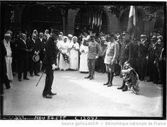 Le général Gaillot décore son fils le sergent Gaillot de la Croix de Guerre à l'hôpital auxiliaire, avenue du Roule à neuilly : [photographie de presse] / Agence Meurisse - 1