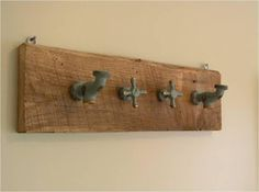 DIY: Coat rack out of old faucet handles Do It Yourself Einrichtung, Primitive Bathrooms, Faucet Handles, Repurposed Items, Barn Wood, Wood Art, Wood Crafts, Wood Projects, Diy Furniture