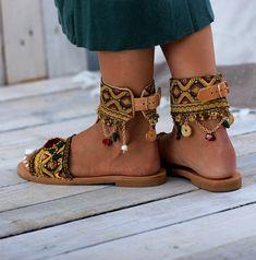 Shoes Flats Sandals, Leather Sandals, Shoe Boots, Bohemian Sandals, Boho Shoes, Estilo Hippie Chic, Jackie Brown, Crochet Shoes, Shoe Art