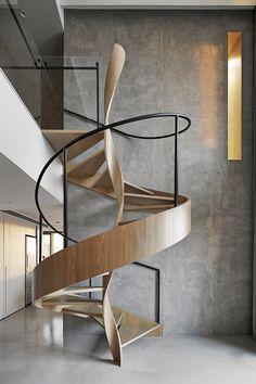 Bellissima scala a chiocciola, elicoidale - struttura realizzata in legno, corrimano in metallo e ringhiera al piano superiore in vetro temperato