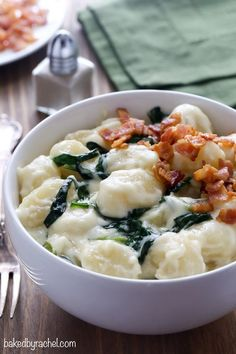 Tender potato gnocchi and baby spinach served in a homemade parmesan cream sauce, topped off with crispy bacon. An easy dinner, perfect for any night of the week! Risotto, Parmesan Cream Sauce, Vegetarian Recipes, Cooking Recipes, Cream Sauce Recipes, Gnocchi Recipes, Pasta Recipes, Savarin, Fabulous Foods