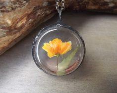 Wisiorek z żółtym kwiatem. Terrarium