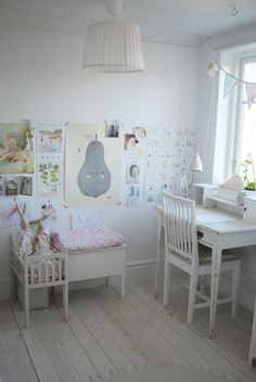 Julia's White Dreams: girl's room. A place for dollies and writing?! Simply a must! :)