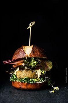 Eggplant and Quinoa Veggie Burger Burger Buns, Pretzel Bread, Burger Recipes, Veggie Recipes, Food Styling, Flammkuchen Vegan, Quinoa Burgers, Dark Food Photography, Tomatoes